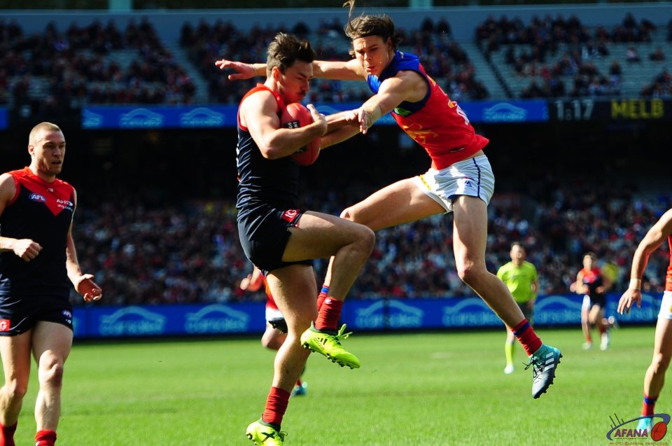 Hibberd takes a defensive mark as Hipwood attempts to smother