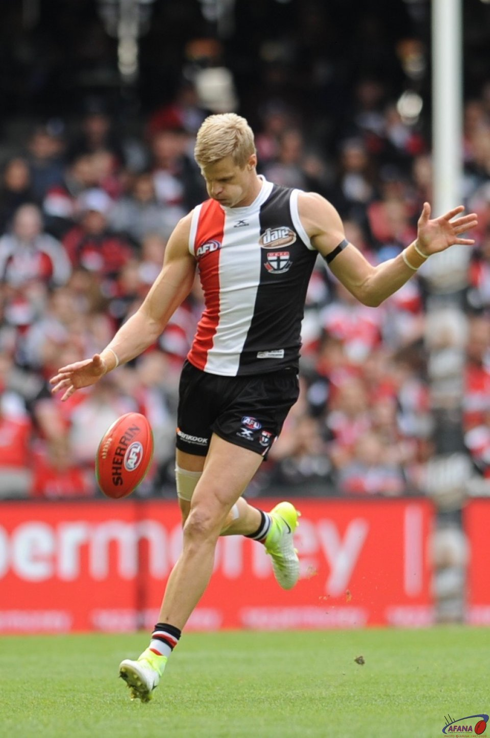 Nick Reiwoldt centres the ball
