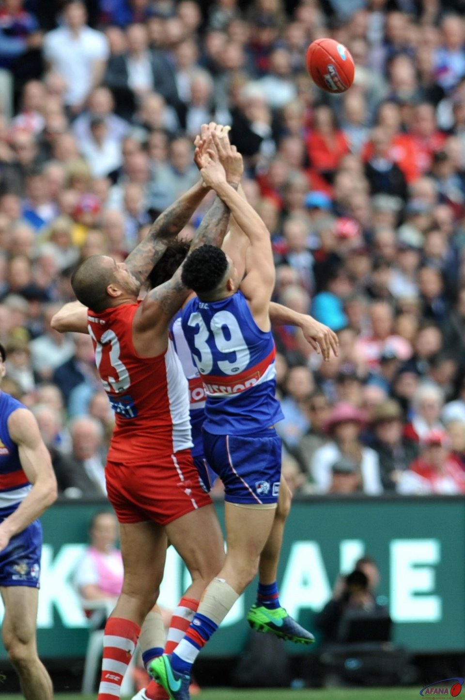 Johannisen defends and Franklin attacks as the Swans bomb the ball into their forward 50