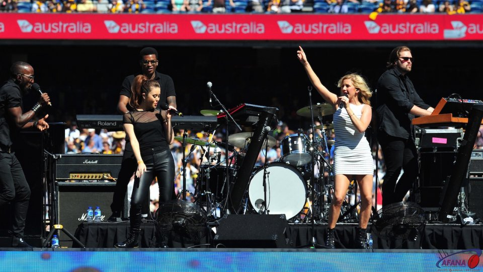 Ellie Goulding and band