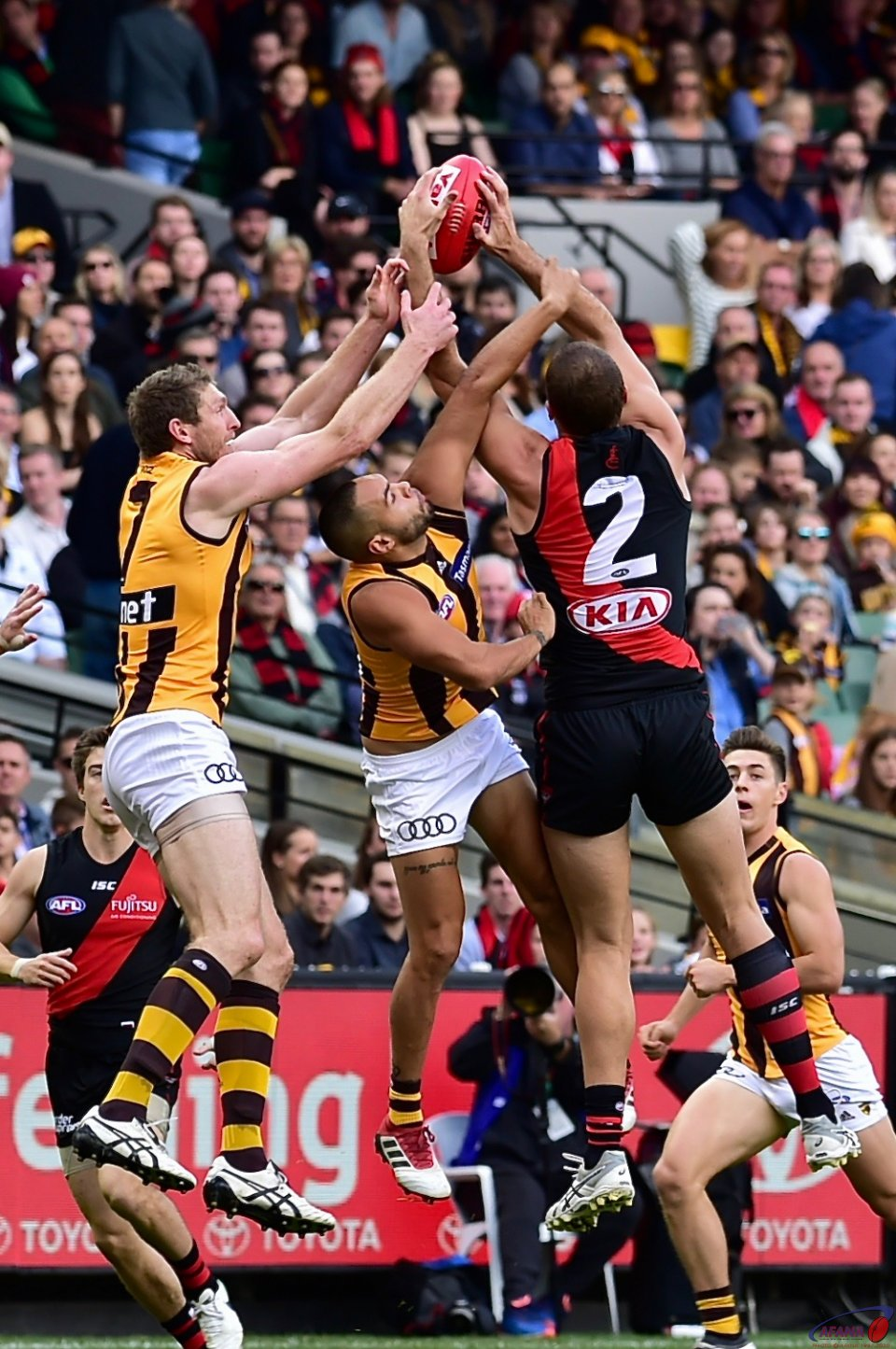 Tom Bellchambers takes a strong grab against Jarman Impey and Ben McEvoy