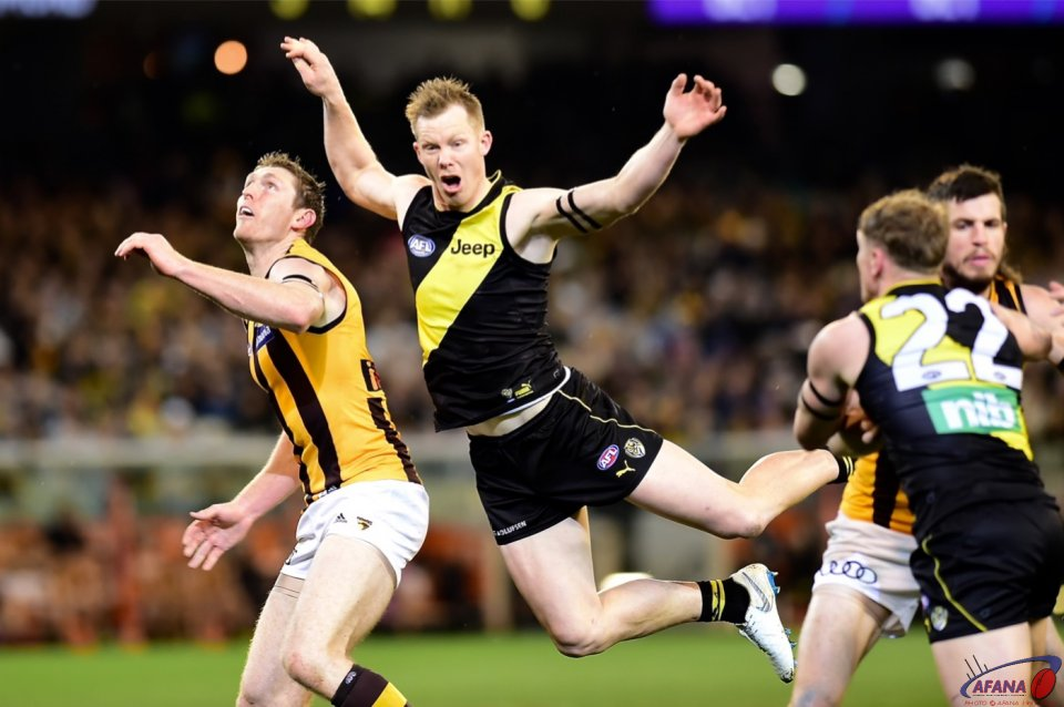 Jack Riewoldt and Ben McEvoy ruck duel.