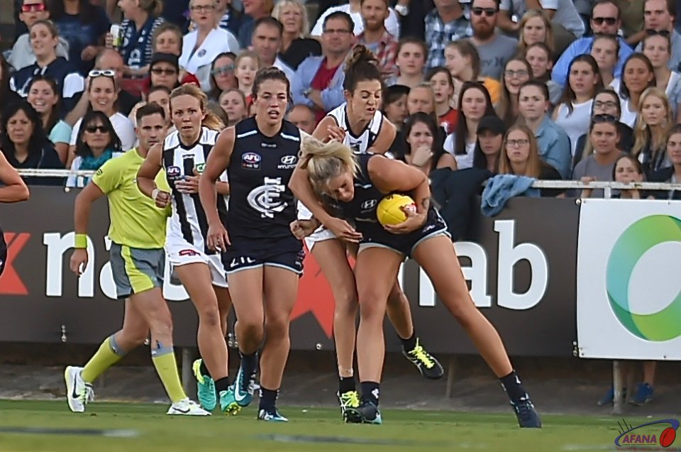 Tayla Harris marks under pressure from Stephanie Chiocci