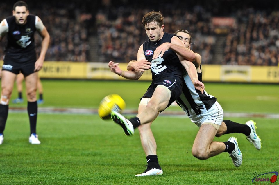 Marc Murphy under pressure from Brodie Grundy