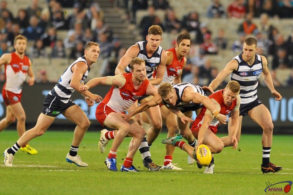 Hannebury in and under as Scott Selwood applies pressure