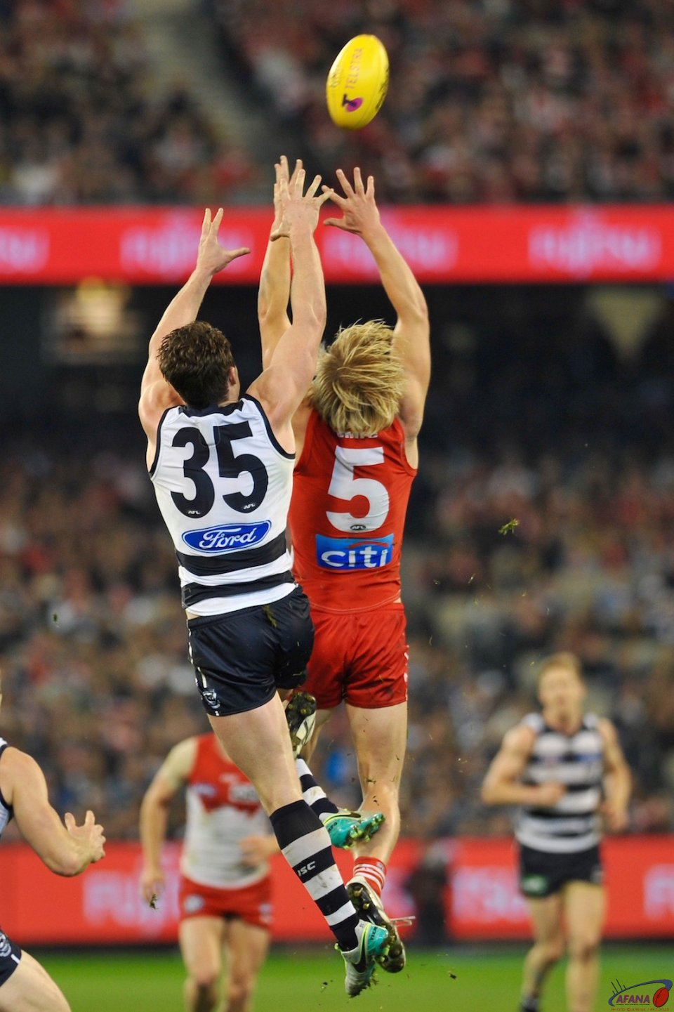 Heeny and Dangerfield fly for the mark