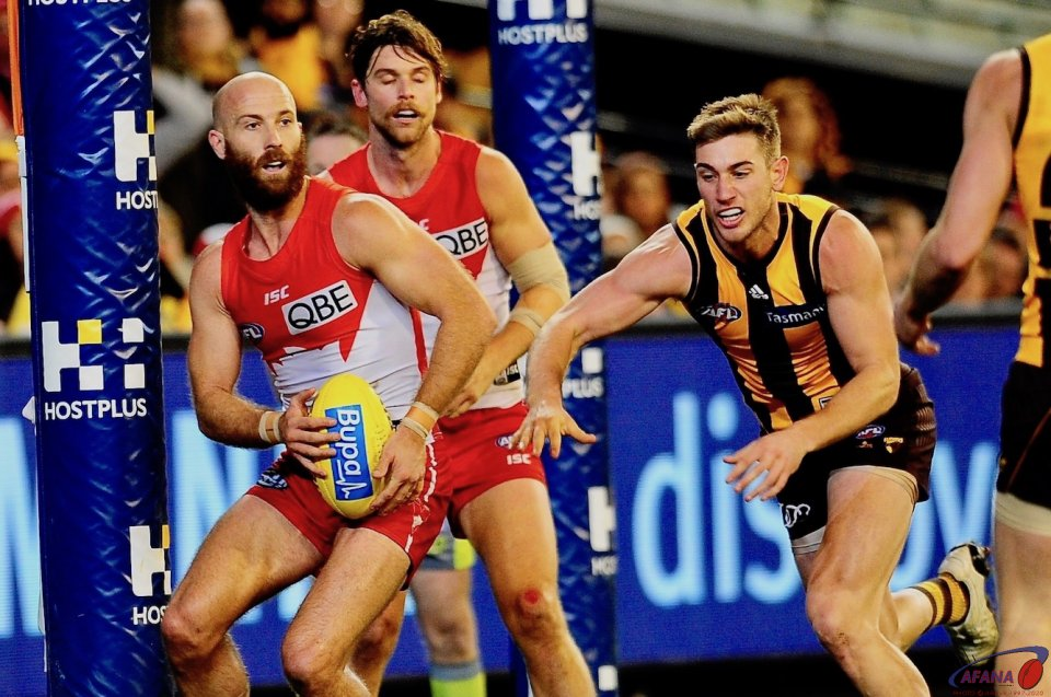 McVeigh clears on the line as Schoenmakers in pursuit_4534