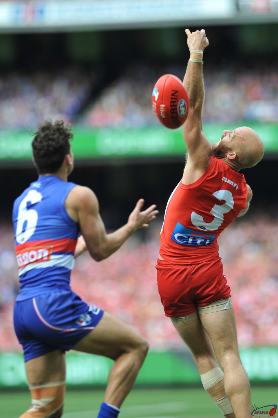 Dahlhaus marks the prefrectly weighted ball as McVeigh is unable to spoil