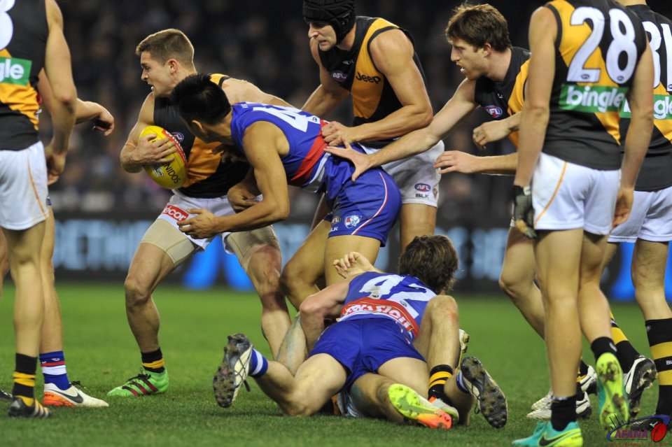 Picken and Lin Jong keep the Bulldogs pressure on Shaun Hampson and the Tigers midfield