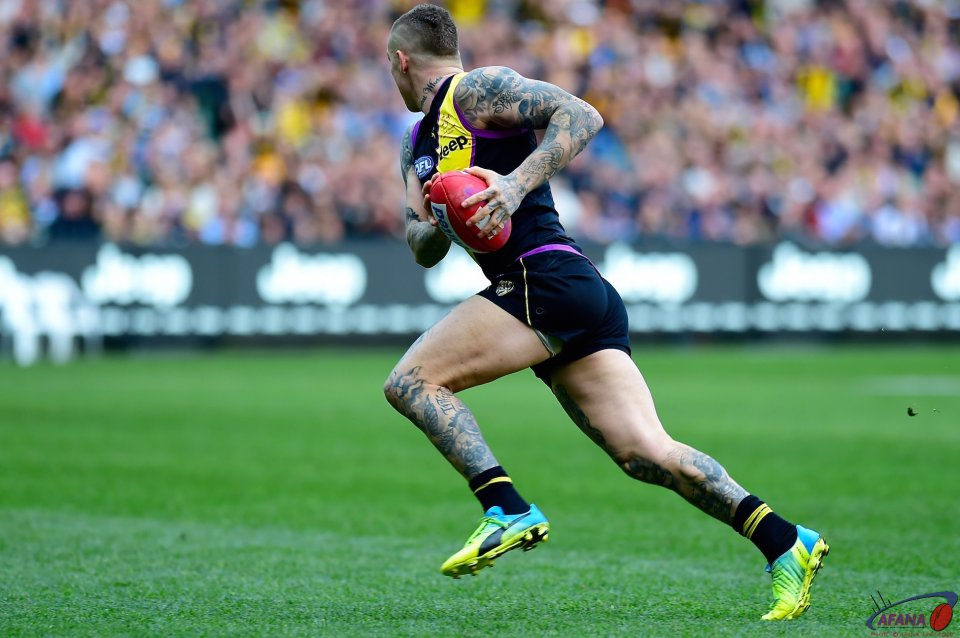 Dustin Martin heads for goal.
